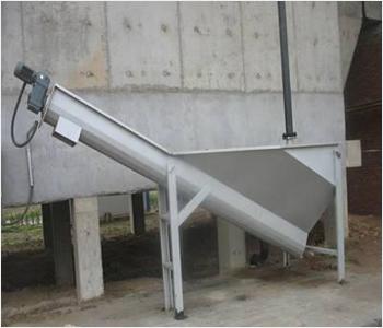 砂水分离器用于污水处理厂沉砂池,将沉淀池排出的砂水混合液进行砂水分离,解决了衬条更换不便和螺旋轴向位置不可调的缺陷.